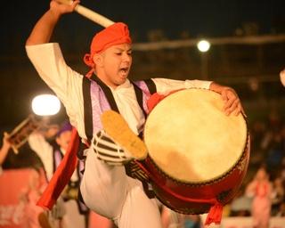 しなやかな踊りの中に手先の緩やかな動きで踊りに華を添えるイナグモーイ(女手踊り)