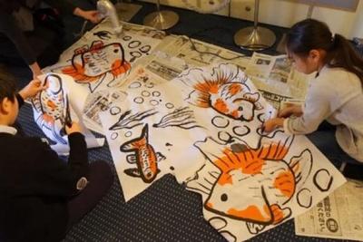 スペシャルワークショップの「金魚水墨館」では 深堀氏が講師となり参加者と一緒に金魚を描く