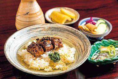 【写真を見る】甘辛く炊いたアユに辛味のあるタデが絶妙な鮎茶漬け(1600円)。まずはおかずとご飯を味わい、残ったご飯にダシをかけて楽しんで/あゆよろし  平野屋