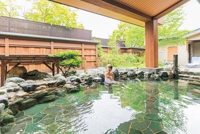 野趣あふれる岩造りの露天風呂。絶好のロケーションの中、美しい庭園を眺めながらゆったりとした時間を過ごして/京都 嵐山温泉  湯浴み処 風風の湯