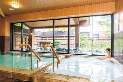 内湯には乳白色のマイクロバブルの泡で肌がすべすべになるシルキー風呂や、源泉風呂がある/京都 嵐山温泉  湯浴み処 風風の湯