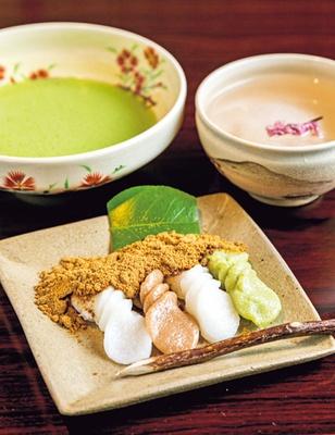 愛宕神社までの山道を模した形が特徴のしんこは、抹茶とさくら茶が付いて840円/あゆよろし 平野屋