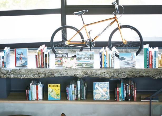 STAIRS OF THE SEA内にある、サーフィンをテーマにしたオリジナル雑貨やアパレル用品を販売する「STAIRS OF THE SEA」