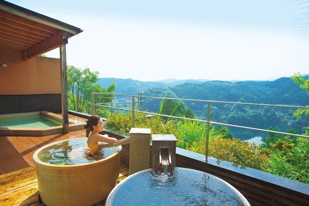露天風呂の壺湯につかりながら、眼下に広がる青蓮寺湖など爽快な景色を楽しめる/青蓮寺レークホテル