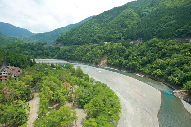 【写真を見る】橋の上からは十津川の絶景が広がる。谷瀬側のつり橋茶屋では渡橋証明書(300円)を販売/谷瀬の吊り橋