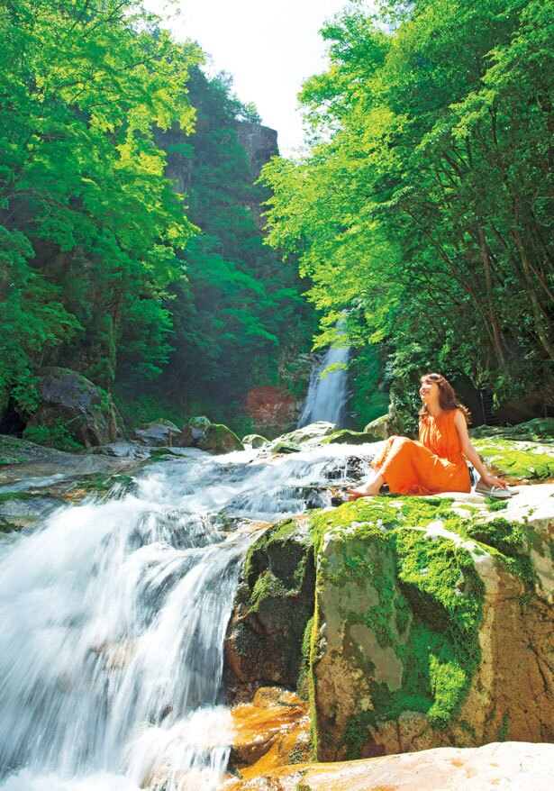 滝を背景になめらかな岩場の流れで水に親しめる/笹の滝