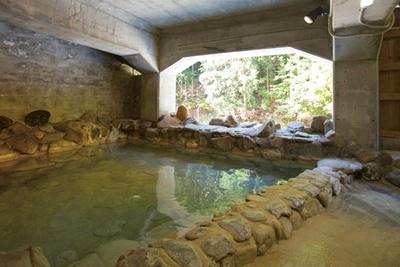 洞窟風呂のような雰囲気が漂う源泉露天風呂の女湯/上湯温泉 神湯荘