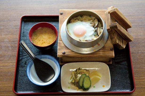 シイタケや山菜が香ばしい山菜釜めし定食(1296円)は、自家製の漬物と味噌汁付き。テイクアウトもOK/ドライブイン長谷川