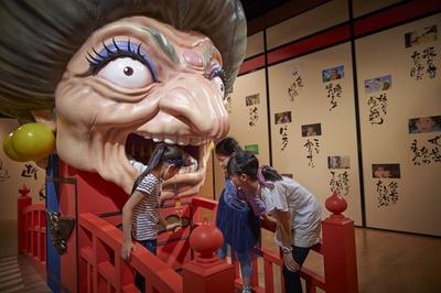 """高さ3メートルにも及ぶ巨大な""""湯婆婆と銭婆""""は、おみくじを引くこともできる。その他、初登場の展示も多数"""