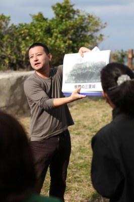 この日は「真鶴の恋物語」ツアーの研修。写真は講師の上里隆史氏