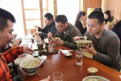 昼食は謝名亭で名物の「読谷紅豚そば」を味わう