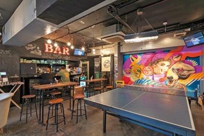 壁に描かれた鮮やかなグラフィティが印象的。卓球台があり、遊んでいく人も多い/Curry GAGA