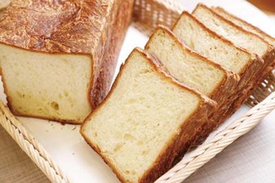 人気のクロワッサンと同じ製法で作られる、約5枚切りのデニッシュ生地の食パンを使用/メゾンカイザー ルクア大阪店