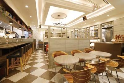 カフェでは、さまざまな食材を合わせたデニッシュトーストのほか、クロワッサンサンドも/メゾンカイザー ルクア大阪店