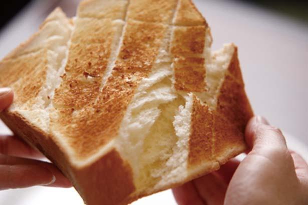 モンブラン・トーストのパンには、バターが染み込むよう表面に浅い切り込みを入れている/珈琲店 スパニョラ