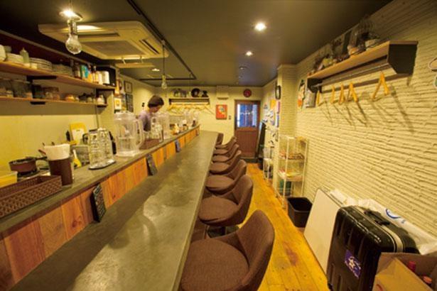 コの字カウンターが奥まで延びる店内にはスパイシーな香りが漂う/創作カレー ツキノワ