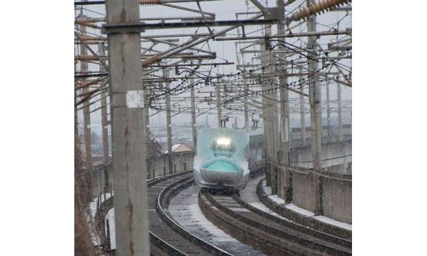 東北新幹線の新型車両はやぶさ。公募4000人の試乗会に25万人もの応募があったという。3月から運行開始予定