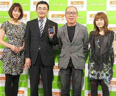 au音楽ストリーミングサービス「LISMO WAVE」の発表会に出席した内田恭子さん、KDDI代表取締役執行役員専務、小林克也さん、IMALUさん(左から)