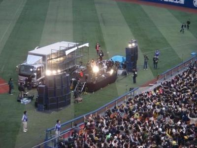 路上ライブを思い出させる、2人だけのステージ