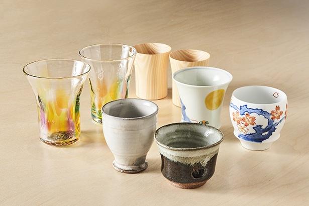 飲み比べセットは唐津焼、伊万里・有田焼、諸富家具の酒器から選択OK。単品は肥前びーどろのグラスで味わえる