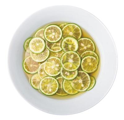 食べ進むほどに酸味が変化していく、冷やがけすだちうどん(900円)/一麦七菜