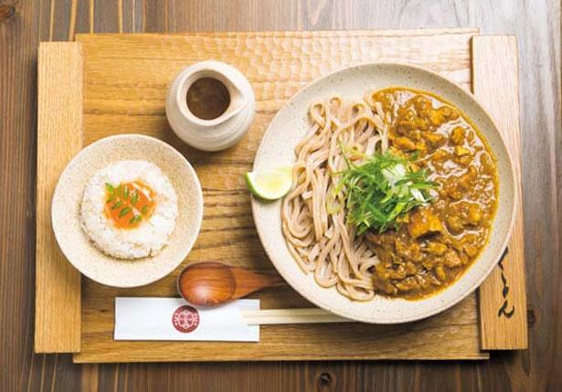 【写真を見る】鶏肉ゴロゴロで20種類以上のスパイスを絡めて食べる「かしわキーマうどん(ひや)」(1188円)/京都四条くをん