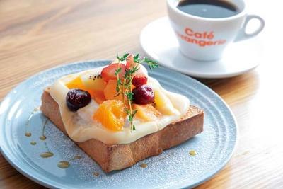 季節のフルーツトースト(850円)。夏はキウイ、チェリー、オレンジ、ベリーを使用/Cafe Orangerie