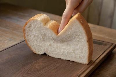 100種以上も味見してパンを厳選。湯種製法でもっちり&外はこんがり。果実の風味を引き出す甘味も/OSORA CAFE