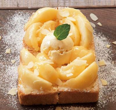 その時食べごろの桃の品種を見極めて使用する気まぐれトースト(1026円~)/OSORA CAFE