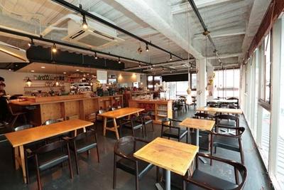 ホテルが入った建物の2階にあり、ガラス張りで明るい雰囲気/TABIYA CAFE & DINING