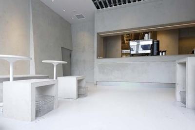 黒いフードやドリンクが引き立つ、シンプルさを極めた空間/BOOK AND BED TOKYO 心斎橋店