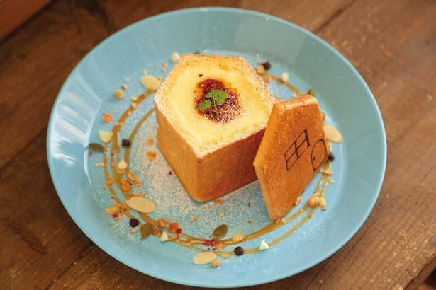 【写真を見る】キュートなブリュレのおうち(1058円)。おうちパンに濃厚なカスタードクリームを入れ、オーブンで焼き上げたデザートパン/パンとカフェの店 BRUNO