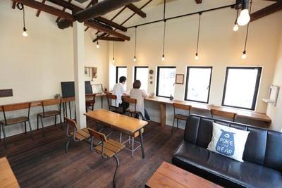 カフェスペースには学校の椅子や机もあり、懐かしい雰囲気/パンとカフェの店 BRUNO