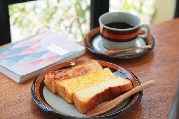 アーモンド・レモン・カルピスの3種のバターを使用したトリプルバタートースト(500円)/本のあるカフェ HOCOTO