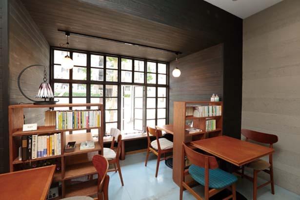 約850冊の本に囲まれ、ゆっくりとこもれる雰囲気も魅力/本のあるカフェ HOCOTO