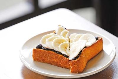 フレッシュバナナとブルーベリージャムのトースト(550円)/EMBANKMENT COFFEE