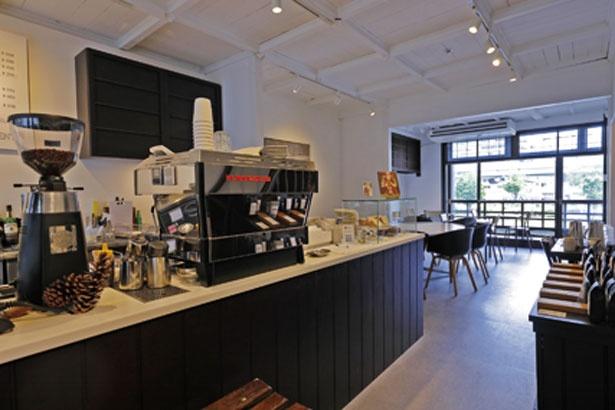 窓際の席からは土佐堀川や中之島公園のバラ園などが望める/EMBANKMENT COFFEE