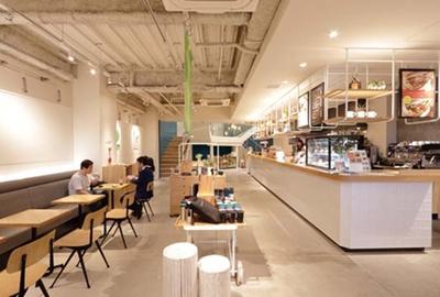 座席がゆったり配置されていてくつろげる。各席に電源あり/BLUE LEAF CAFÉ 京都