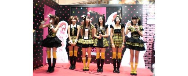 拍手に迎えられ登場した八坂沙織、志村理佳、稼農楓、荒井玲良、田中美麗、前島亜美(写真左から)