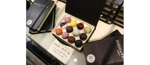 伊勢丹新宿店初登場で注目される「ユーゴ&ヴィクトール」のモダンなチョコ。これら人気のチョコを求め、店舗のある6階から3階まで長蛇の列が続いた