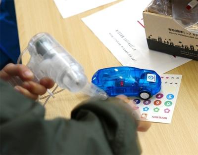 【写真を見る】自分で作った電気でモデルカーを走らせる体験も!