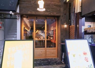 木の扉とサワーのイラストが目印。商店街の中にある/道頓堀 青果酒店