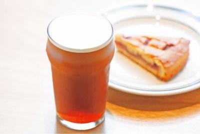 【写真を見る】ナイトロコールドブリュー(手前・700円)、シナモンとラズベリーのタルト(奥・500円)/NITO COFFEE AND CRAFT BEER