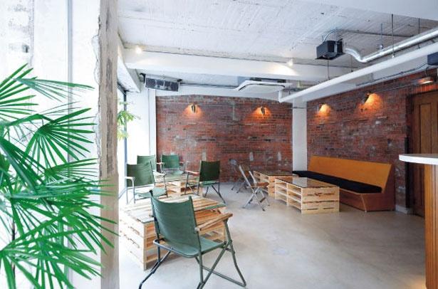 レンガ造りの壁など、アメリカの東海岸をイメージした店内。ベンチ席やカウンター席、スタンディングとシーンに合わせて使い分けられる/NITO COFFEE AND CRAFT BEER
