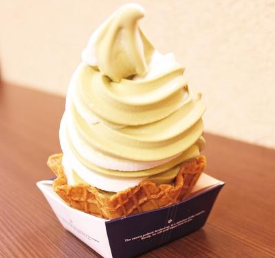 食べながらの足湯は至福。「ソフトクリーム」(1個 400円) /「古今伝授の里やまと」(岐阜県郡上市)