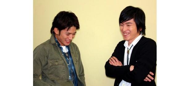 『ワラライフ!!』で共演した村上純(右)と高岡蒼甫