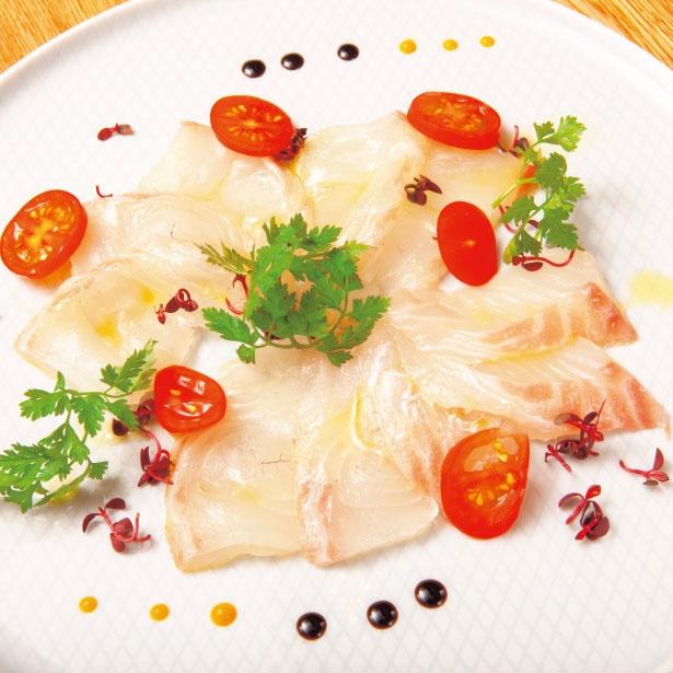 【写真を見る】2種のオリーブオイルを味わえる愛媛産真鯛のカルパッチョ(1100円)/Olioteca KURIYA MURATA