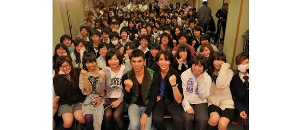 【写真】受験生たちと記念撮影。崎本大海は「受験は大切な思い出になる。全てを楽しんで」とエール