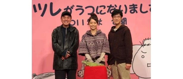 映画「ツレがうつになりまして。」の会見に登場した、左から、佐々部清監督、宮崎あおい、堺雅人