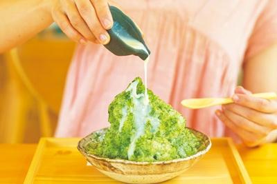 沢渡茶氷(850円)は練乳をたっぷりかけて。中にほうじ茶と黒豆のパンナコッタが入り、甘味と渋味が好相性。販売は9月末まで/茶農家の店 あすなろ